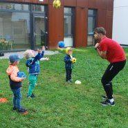 Piłka nożna na naszym ogrodowym boisku!